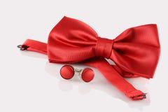 与袖扣的红色蝶形领结 免版税库存图片