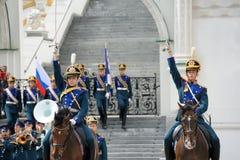 与被上升的赤裸剑的骑兵卫兵-卫兵架置游行 库存照片