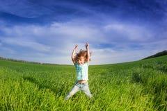 与被举的胳膊的愉快的孩子 免版税库存图片