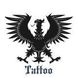 与被伸出的翼的黑纹章学老鹰 免版税图库摄影