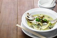 与被保存的雪菜的黄色哇哇叫的东西鱼汤 库存照片