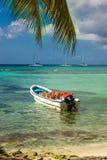 与被停泊的白色汽艇,多米尼加共和国的美丽的异乎寻常的加勒比海岸 免版税库存图片