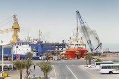 与被停泊的船和工作者,沙特阿拉伯的口岸视图 免版税库存照片
