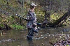 与被充塞的鸭子的妇女猎人 库存图片