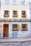 与被关闭的窗口的老城市大厦 库存图片