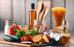 与被分类的食品和厨房器物的构成 库存图片