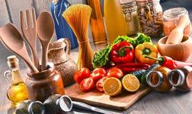 与被分类的食品和厨房器物的构成 图库摄影