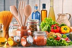 与被分类的食品和厨房器物的构成 免版税图库摄影