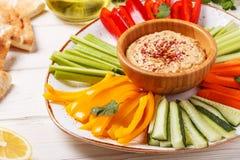 与被分类的新鲜蔬菜和皮塔饼面包的自创hummus 库存图片