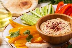 与被分类的新鲜蔬菜和皮塔饼面包的自创hummus 免版税图库摄影