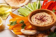 与被分类的新鲜蔬菜和皮塔饼面包的自创hummus 库存照片