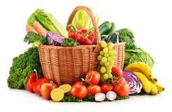 与被分类的有机蔬菜和水果的柳条筐 免版税库存照片