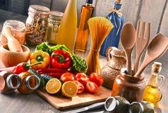 与被分类的食品和厨房器物的构成 免版税库存照片