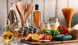 与被分类的食品和厨房器物的构成 免版税库存图片