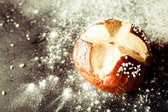 与被切的发怒形状的新鲜的有壳的圆的小圆面包 库存图片