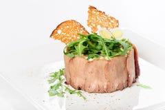 与被切的小牛肉舌头和riuccola的鲜美开胃菜 免版税图库摄影