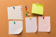 与被别住的色的空白的笔记的黄柏板-图象 免版税库存图片