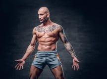 与被刺字的身体的被刮的顶头赤裸上身的肌肉男性 免版税库存图片
