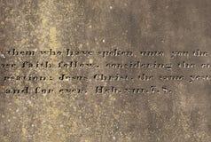 与被刻记的词的老石表面从希伯来人 免版税图库摄影