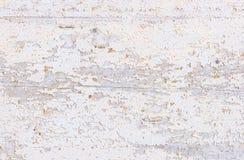 与被剥皮的油漆的破旧的老白色木纹理 免版税库存图片