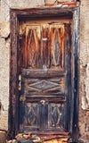 与被剥皮的油漆的老木门 免版税图库摄影