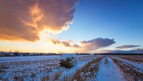 与被剪的草、一个干草堆和第一雪的农村领域在俄罗斯,乌拉尔 免版税库存图片