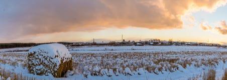 与被剪的草的农村领域和第一雪在俄罗斯,乌拉尔 免版税图库摄影