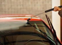 与被加压的水水管的汽车清洁 免版税库存照片