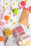 与被包裹的礼物、贺卡和甜点的生日概念在灰色木背景顶视图 免版税库存照片