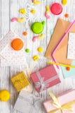 与被包裹的礼物、贺卡和甜点的生日概念在灰色木背景顶视图 免版税库存图片