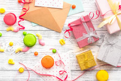 与被包裹的礼物、贺卡和甜点的生日概念在灰色木背景顶视图 库存照片