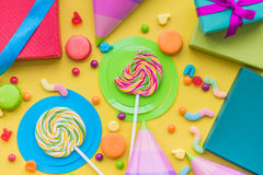 与被包裹的礼物、贺卡和甜点的生日概念在黄色背景顶视图 免版税库存图片