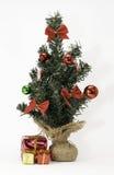 与被包裹的礼物的微型圣诞树 免版税库存照片