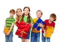 与被包裹的配件箱的逗人喜爱的孩子 免版税库存照片