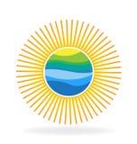 与被反射的小山蓝色的太阳挥动商标 免版税图库摄影