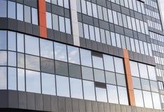 与被反映的Windows的现代大办公楼 免版税库存照片
