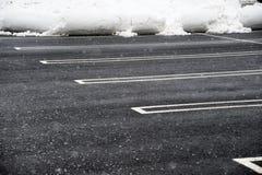 与被取消的雪的空的停车场 图库摄影