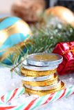 与被堆积的巧克力欧元硬币的圣诞节构成 图库摄影