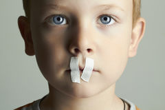 与被密封的嘴的哀伤的孩子 男孩一点 库存照片