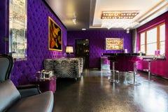 与被布置的紫罗兰色墙壁的现代公寓 免版税图库摄影