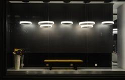 与被带领的电灯泡的空的商店窗口,用于商店窗口的LED灯,商业装饰,黑灰色背景 库存图片