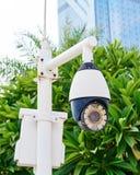 与被带领的红外斑点光,街道显示器,纪录的新的安全监控相机活,在蓝天 免版税库存图片