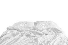 与被弄皱的床单、一条毯子和枕头的没有整理好的床在舒适醒早晨的鸭绒垫子睡眠以后 免版税库存图片