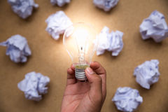 与被弄皱的纸和电灯泡的好想法概念 免版税库存图片