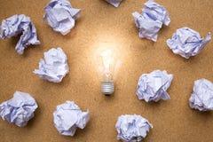 与被弄皱的纸和电灯泡的好想法概念 免版税库存照片