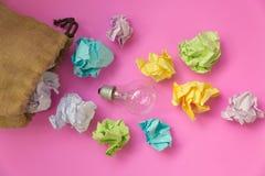 与被弄皱的颜色纸和电灯泡的启发概念 免版税库存图片
