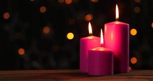 与被弄脏的光的灼烧的圣诞节蜡烛 股票录像