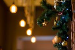 与被弄脏的圣诞装饰的咖啡馆 图库摄影