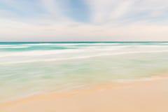 与被弄脏的平底锅的抽象天空、海洋和海滩自然背景 免版税库存图片