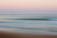 与被弄脏的批评的行动的抽象日出海洋背景 免版税库存图片